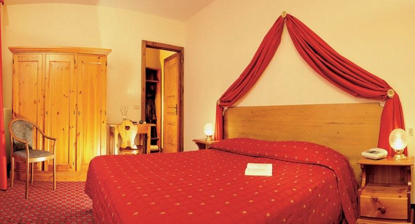 italy_courmayeur_hotel_courmayeur_bedroom.jpg