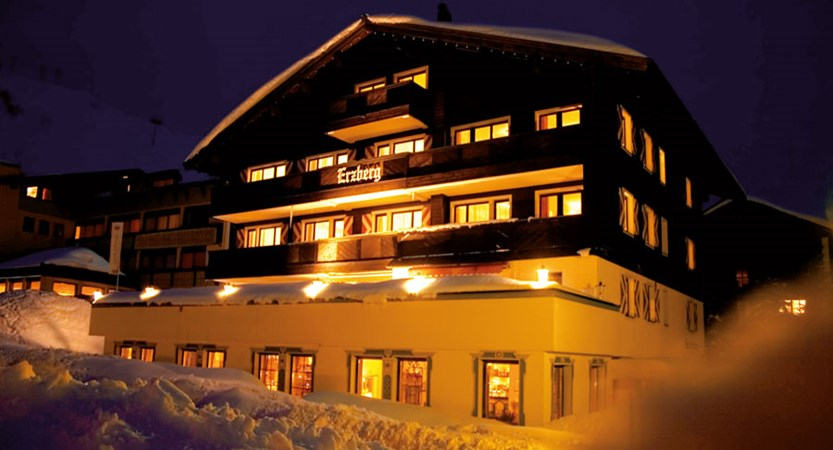 austria_arlberg-ski-area_zurs_hotel_Erzberg_exterior_night.jpg