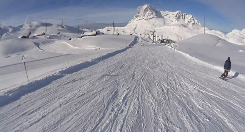 Austria_Arlberg-ski-area_Zurs_Sunshine-on-piste.jpg