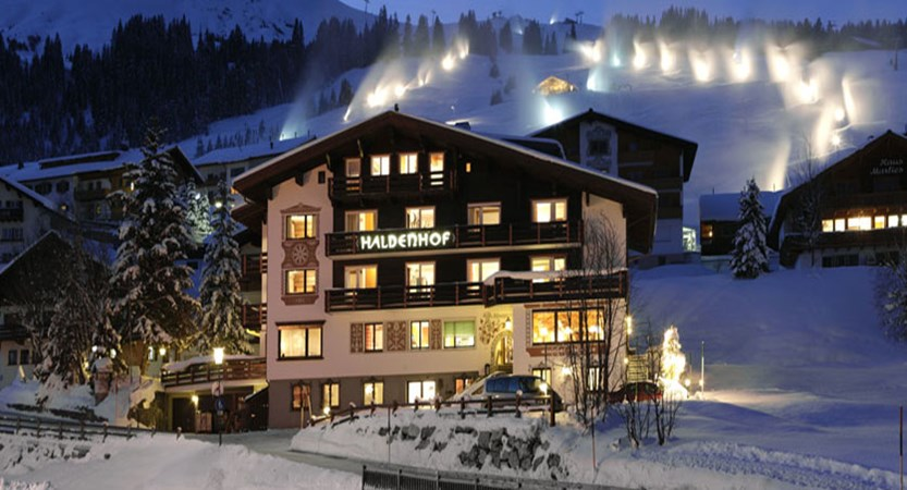 austria_arlberg-ski-area_lech_hotel_haldendorf_exterior_night.jpg