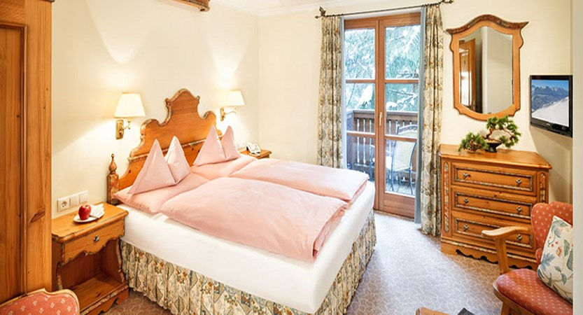 chesa-rosa-snow-moon-twin-bedroom.jpg