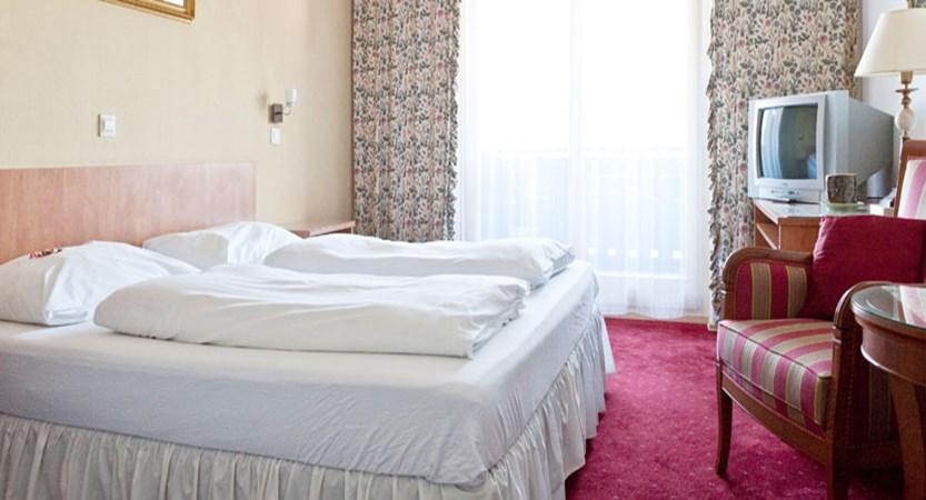austria_filzmoos_hotel-alpenkrone_bedroom3.jpg