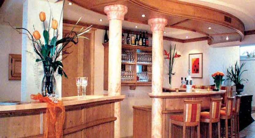Austria_Ischgl_Hotel_dorfschmiede_bar.jpg