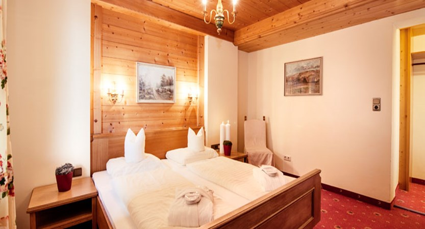 austia_kuhtai_alpen-residenz-mooshaus_standard-bedroom.jpg