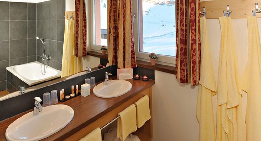austria_kuhtai_hotel-alpenrose_bathroom.jpg