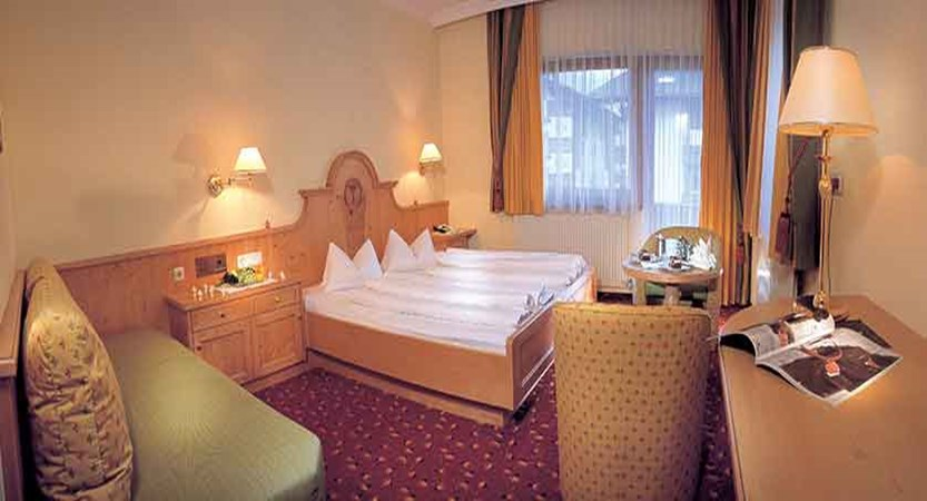 Austria_Mayrhofen_hotel_berghof_bedroom.jpg