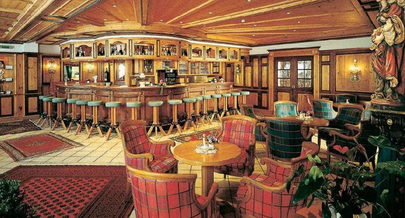 Austria_Mayrhofen_Sporthotel-Mannis_bar-lounge-area.jpg
