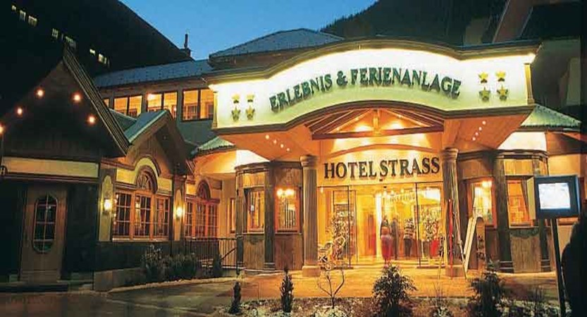 Austria_Mayrhofen_Sporthotel-Strass_entrance-night.jpg
