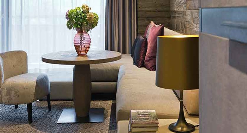 Austria_Mayrhofen_Elisabeth-Hotel_Premium-bedroom-seating-area.jpg