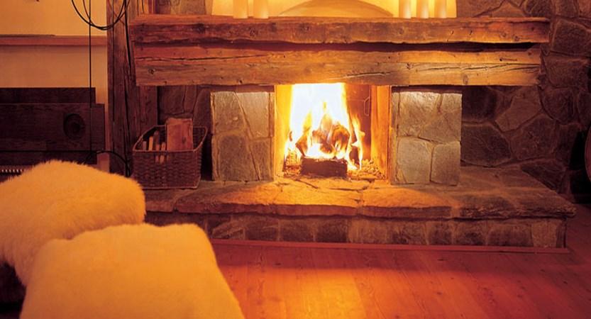 Austria_Obergurgl_Hotel-Bergwelt_Lounge-fireplace.jpg