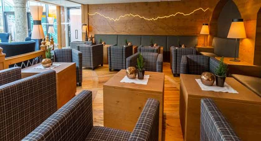 Austria_Obergurgl_Hotel-Edelweiss-&-Gurgl-bar-lobby.jpg