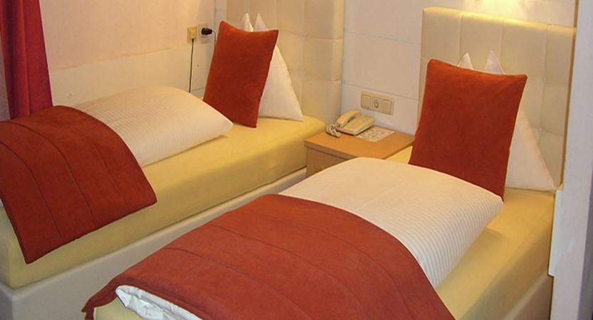 austria_saalbach_bergers-sport-hotel_twin-bedroom.jpg