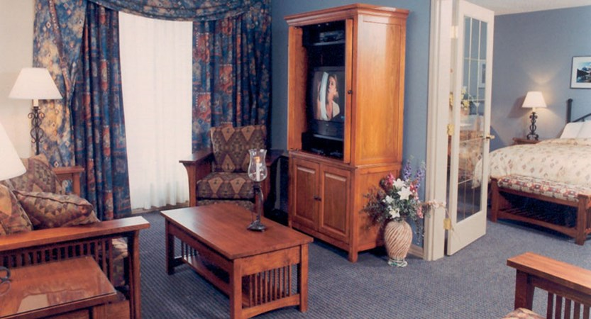 canada_jasper_sawridge_hotel_bedroom2.jpg