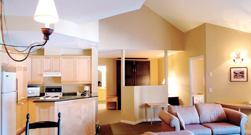 canada_mont_tremblant_homewood_suites_be_hilton_lounge_kitchen.jpg