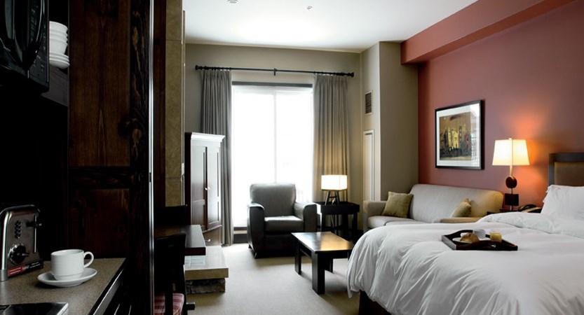 canada_mont_tremblant_hotel_ermitage_du_lac_bedroom.jpg