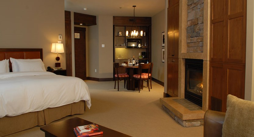 canada_mont_tremblant_hotel_ermitage_du_lac_deluxe_room.jpg