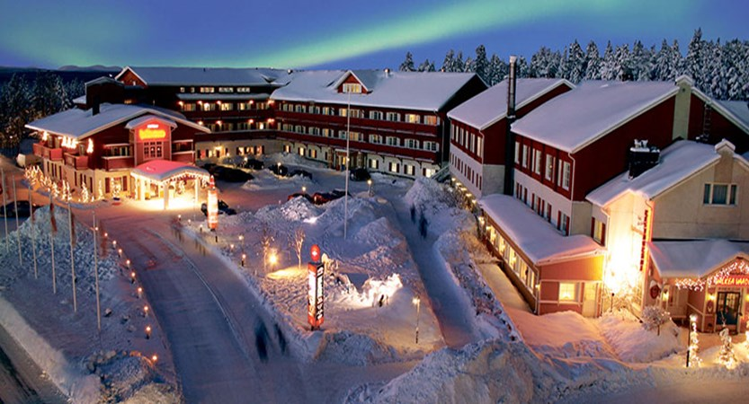 finland_lapland_levi_crazy_reindeer_hotel-exterior-with-northern-lights.jpg