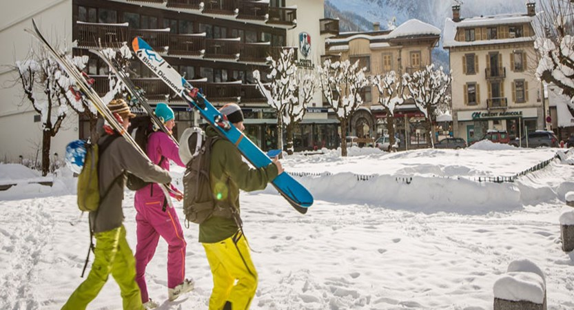 Pointe Isabelle exterior skiers walking