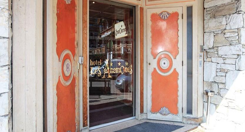 Chalet Hotel Les Anemones entrance