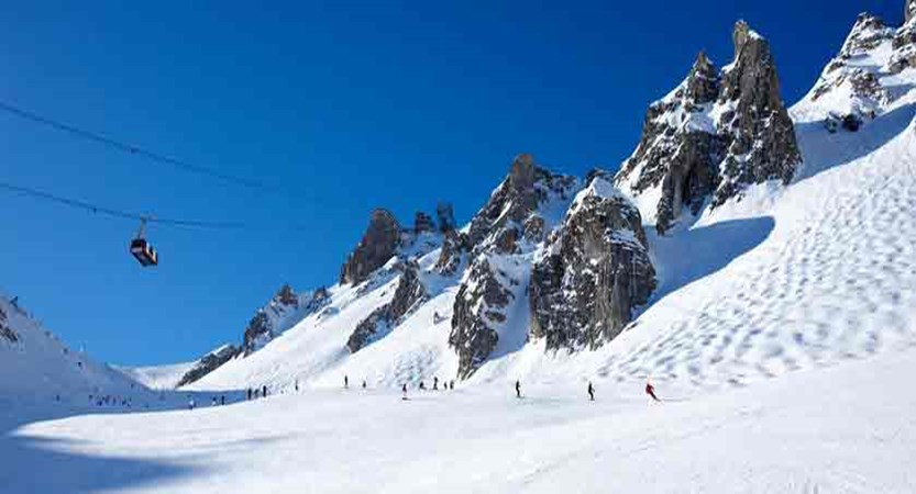 france_three-valleys_courchevel_skiers-on-the-piste.jpg
