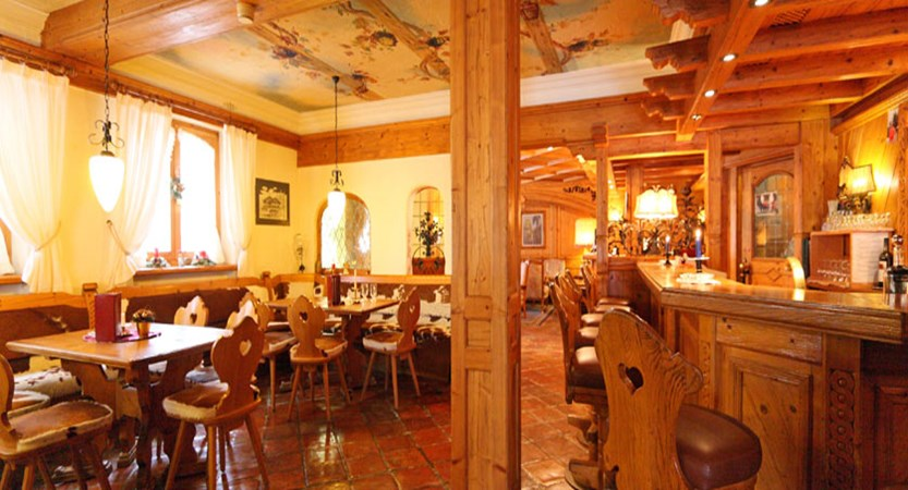 Hotel Alpenroyal, Zermatt, Switzerland - bar & restaurant.jpg