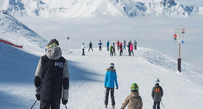 france_three-valleys_meribel_skiers-on-the-piste.jpg