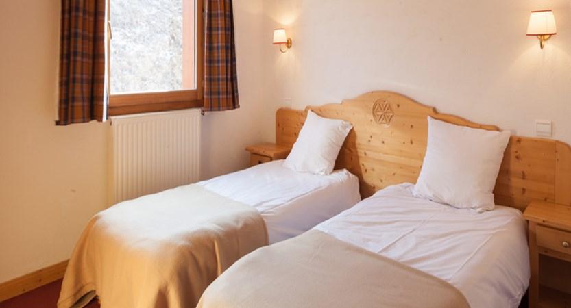 Chalets de L'adonis twin bedroom