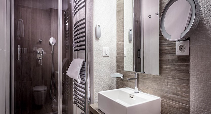 Grand Hotel Aigle shower bathroom