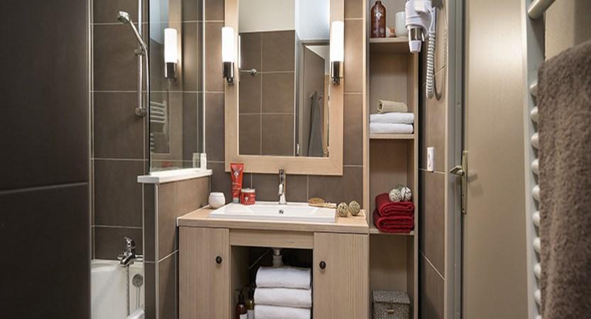 Les chalets de solailes apartments - typical bathroom