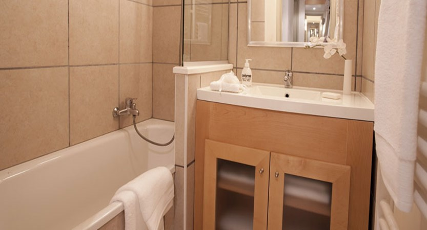 Residence la foret - typical bathroom