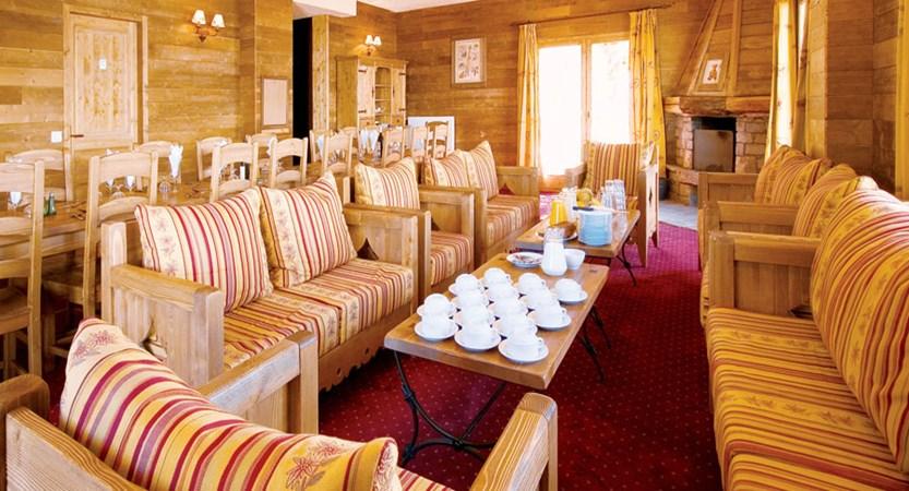 france_paradiski-ski-area_la-arcs_chalet-edouard_lounge-dining_area.jpg