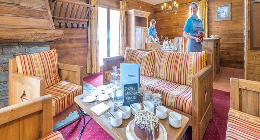 france_paradiski-ski-area_la-arcs_chalet-edouard_lounge-dining_area2.jpg