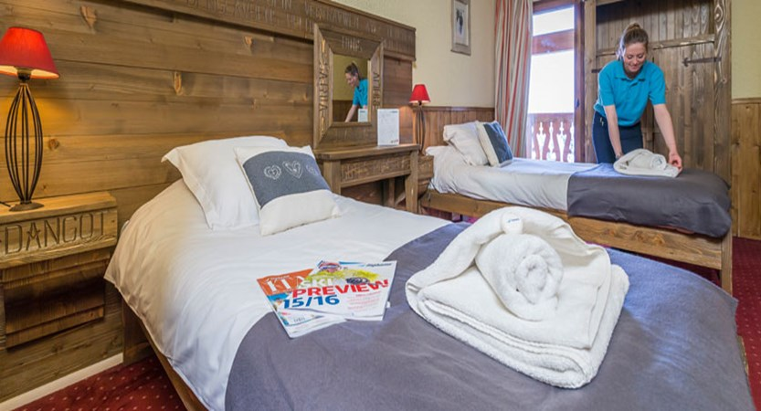 France_Les-Arcs_Chalet-Julien_Twin-bedroom-example-staff.jpg