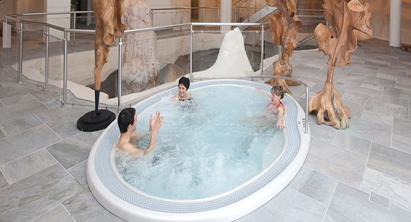 France_Les-Arcs_Le-Village-Apartments_Jacuzzi-Cinq-Mondes-spa.jpg