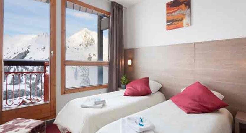 france_paradiski-ski_les-arcs-hotel-club-mmv-les-melezes_bedroom2.jpg