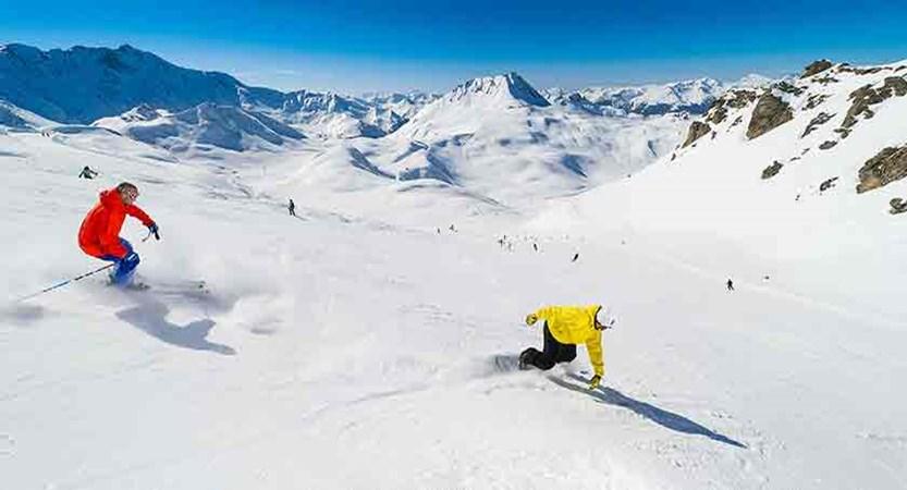 france_paradiski-ski_les-arcs_skiers.jpg