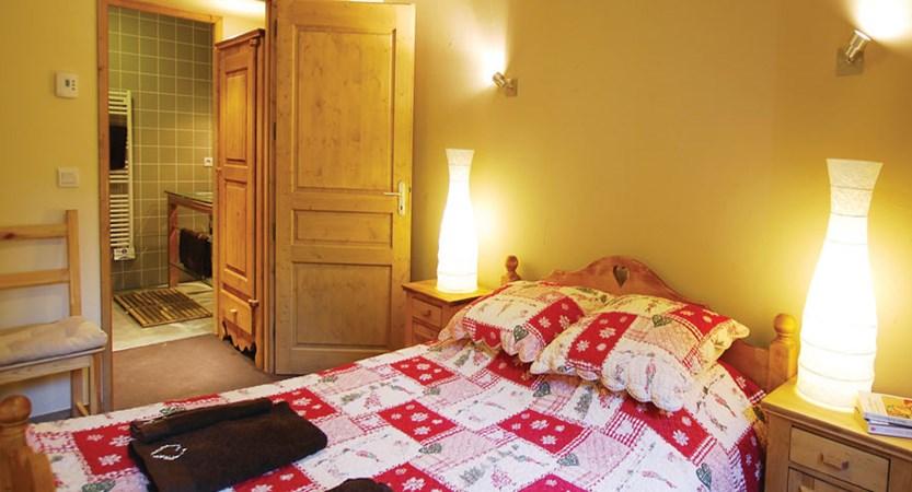 france_paradiski-ski-area_la-plagne_chalet-sarsonnet_bedroom2.jpg