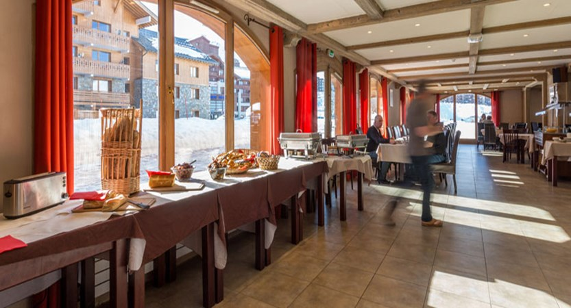 France_LaPlagne_Hotel-Vancouver_breakfast-room-buffet.jpg