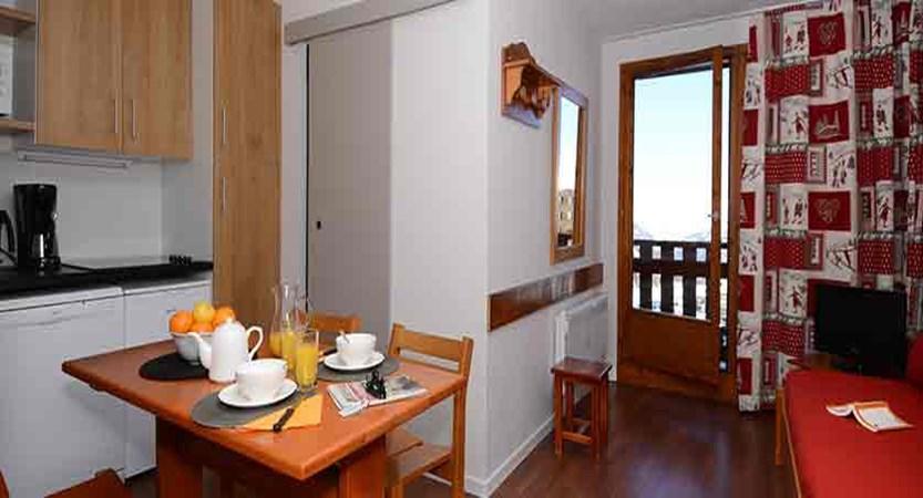France_La-Plagne_les_Cervin_Apartments_kitchen_diner.jpg