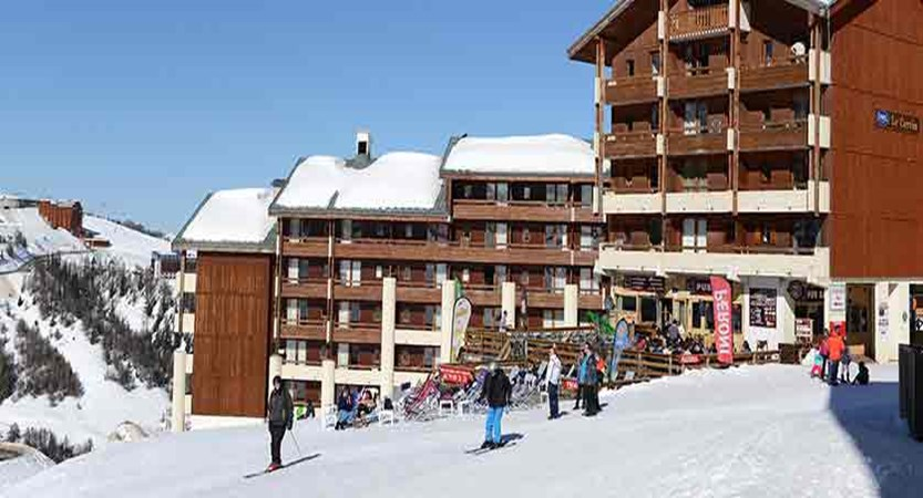 France_La-Plagne_les_Cervin_Apartments_skiers.jpg