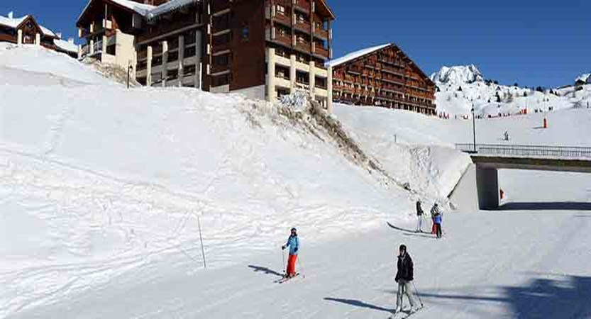 France_La-Plagne_les_Cervin_Apartments_skiers_slopes.jpg