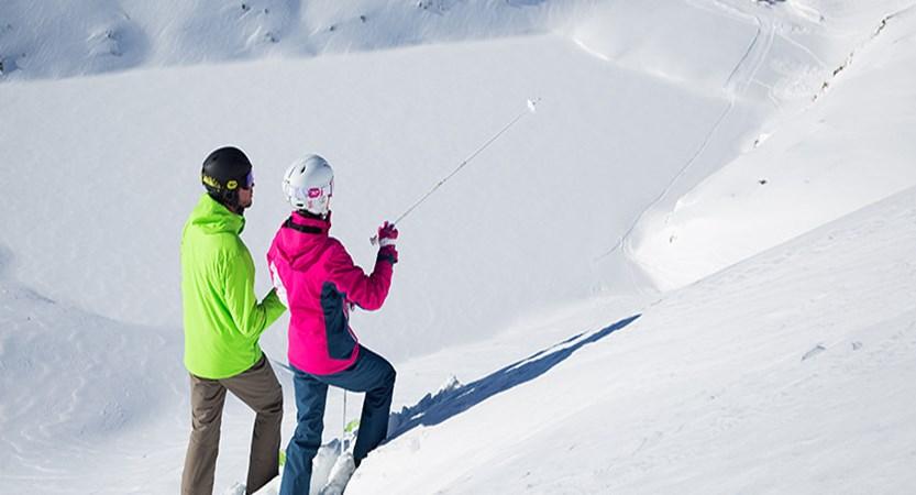 France_alpe_dhuez_skiers.jpg