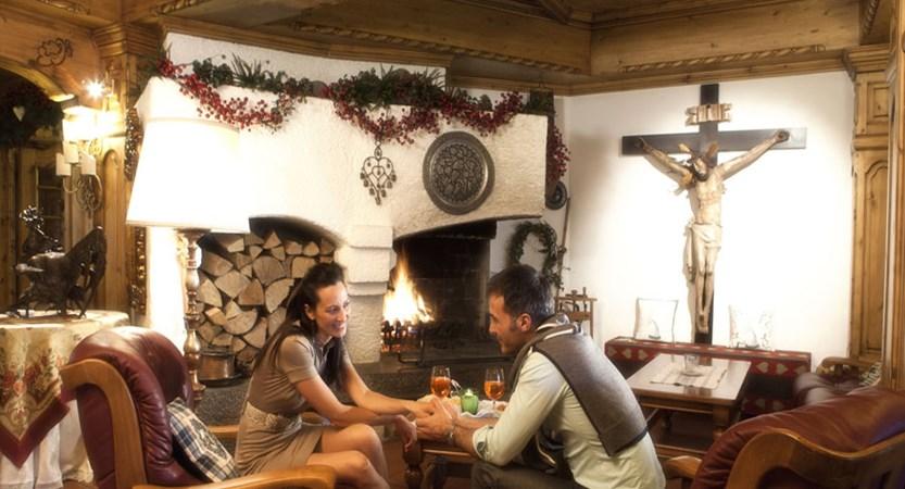 italy_dolomites-ski-area_arabba_sport_hotel_arraba_lounge_fire.jpg