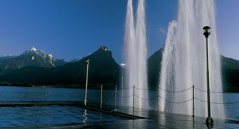 Romantik Hotel Weisses Rössl, St. Wolfgang, Salzkammergut, Austria - Fountain and heated lake swimming area.jpg