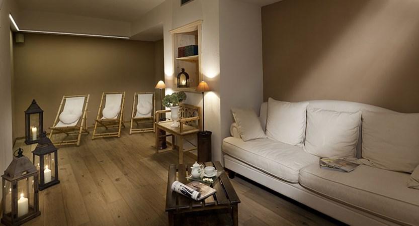 italy_dolomites_corvara_hotel-table_relaxation-area.jpg