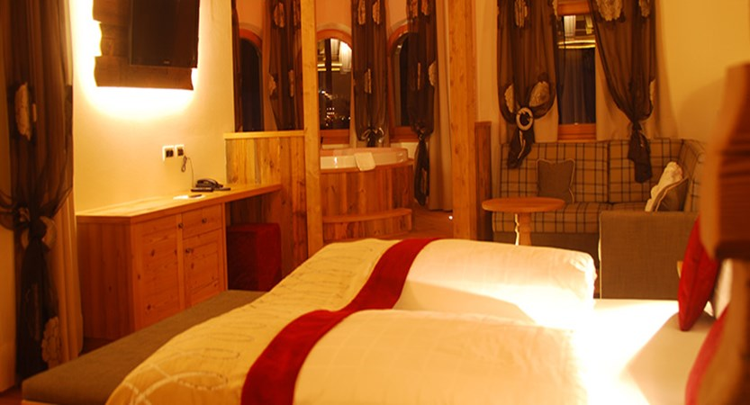 italy_dolomites_kronplatz_hotel_almhof_call_bedroom.jpg