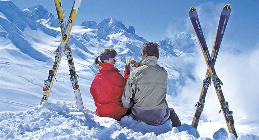 italy_dolomites_val-di-fassa_skiers_drinks.jpg