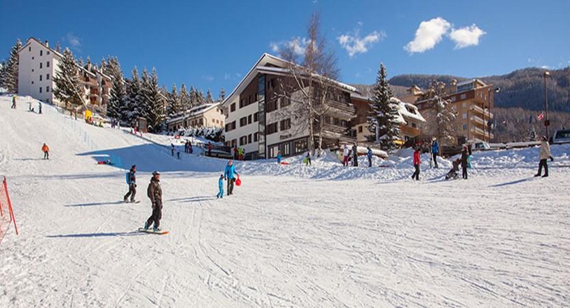 italy_milky-way-ski-area_sauze-doulx_hotel-hermitage_exterior_slopes.jpg