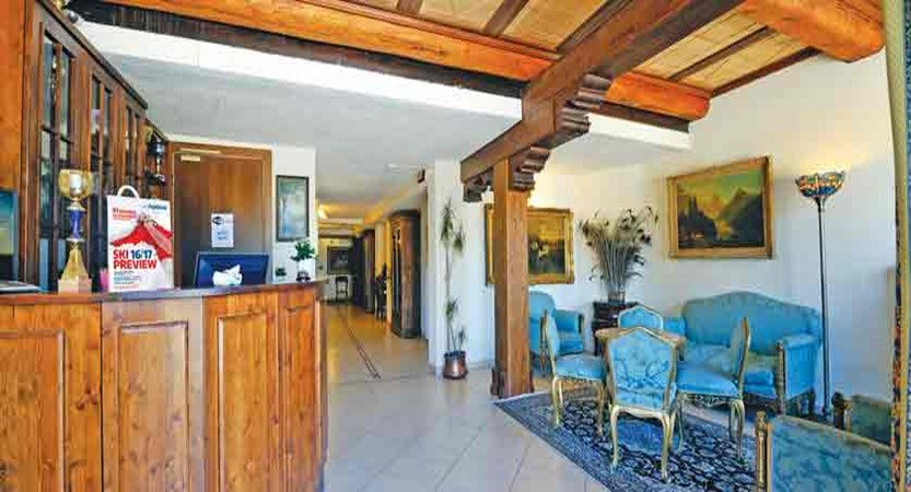 italy_milky-way-ski-area_sauze-doulx_hotel-hermitage_reception.jpg