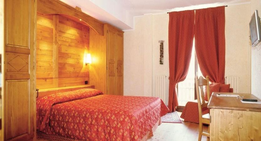 italy_milky-way-ski-area_sauze-doulx_grand-hotel-besson_bedroom.jpg